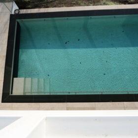 vue de la piscine depuis la terrasse de la chambre 4