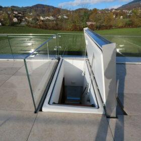trappe isolée et motorisée d'accès à la terrasse en toiture