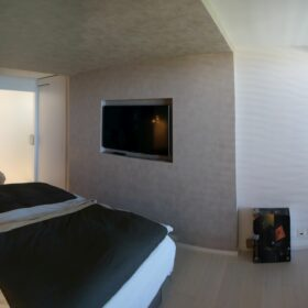 master bedroom - integration of the TV screen in the walls